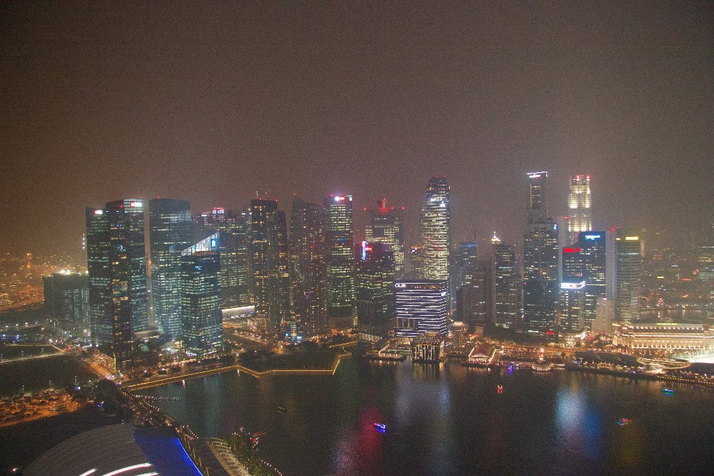 Singapores skyline sett från Marina bay sands