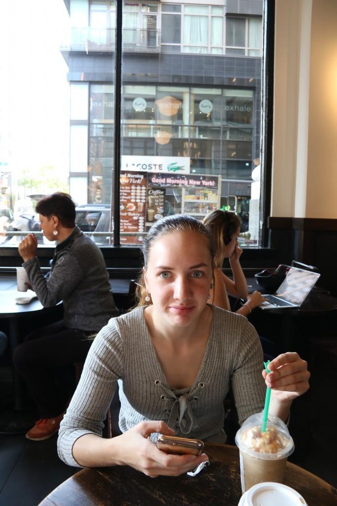 New York med tonåring Fika på Starbucks