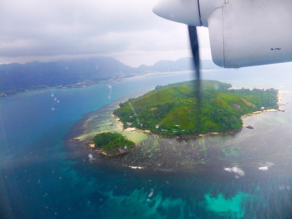 Att flyga in till ön Pralin på Seychellerna är en upplevelse. Seychellerna eller Zanzibar