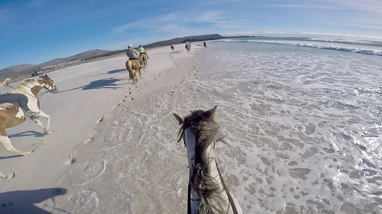 Rida längs en öde strand i solnedgången?  Kolla in vår GoPro-film!