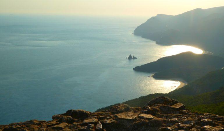 Mot det riktiga Kalifornien och i dinosauriernas fotspår – en heldag längs havet söder om Lissabon