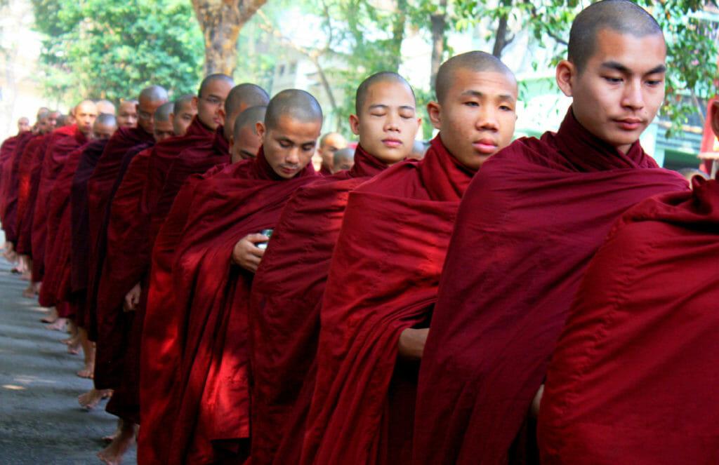 internet på Kuba - munkar i Burma