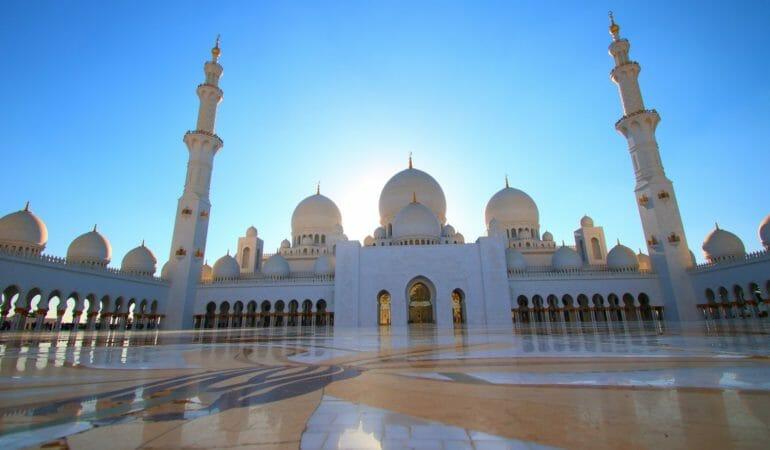 Att besöka Sheikh Zayed Moské från Dubai – och några tips och trix på vägen