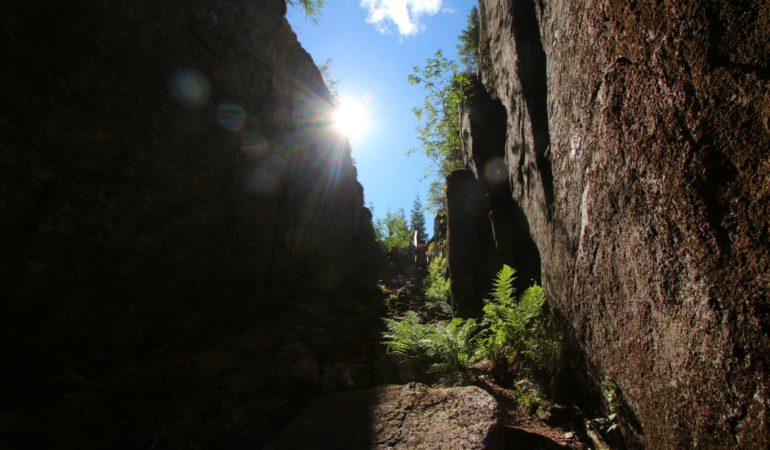 Slåttdalsskrevan och Slåttdalsberget – vandring längs Höga Kustenleden