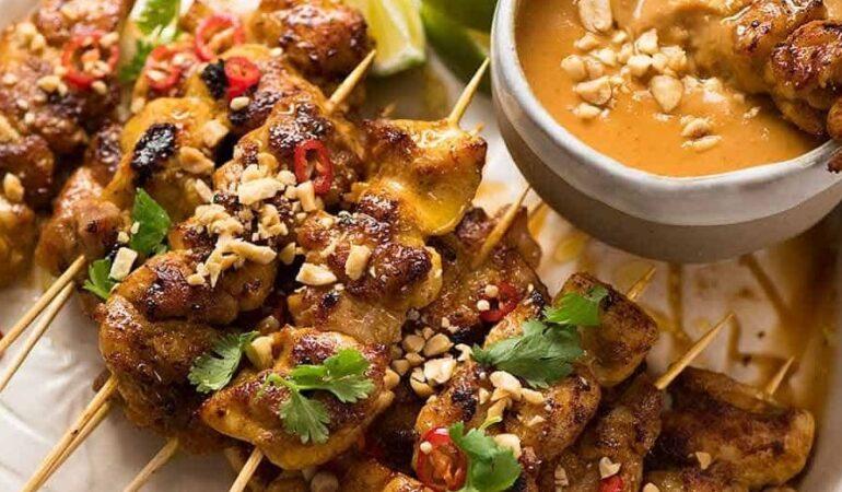 Kycklingspett Satay med jordnötssås recept – när vi inte kan resa får vi minnas våra resor via maten