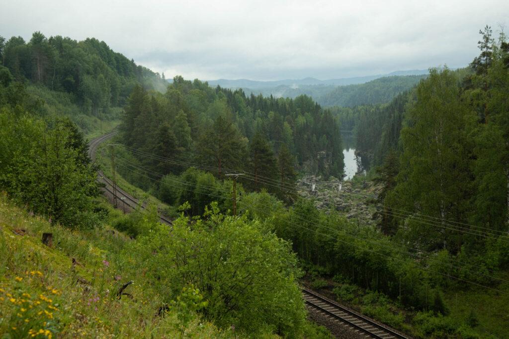 En av Norrlands vackraste vägar går förbi här.